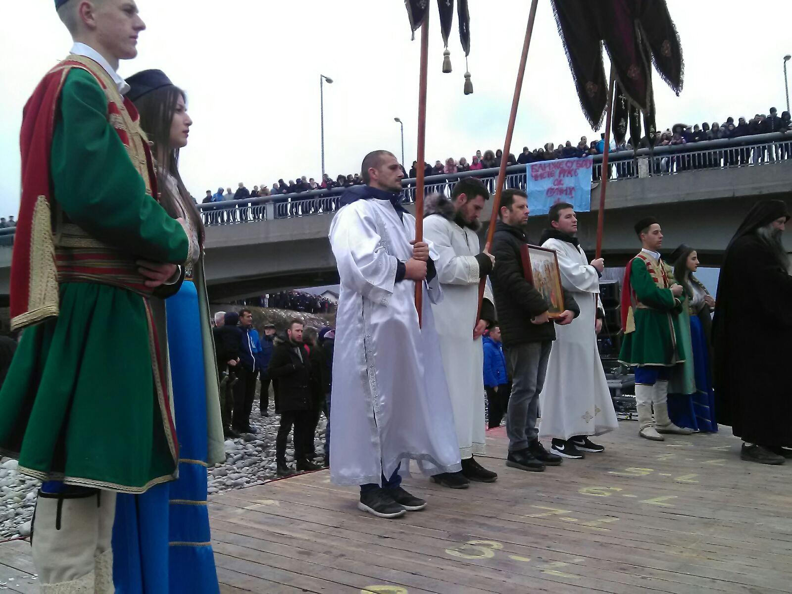 Mladići i djevojke u crnogorskim narodnim nošnjama