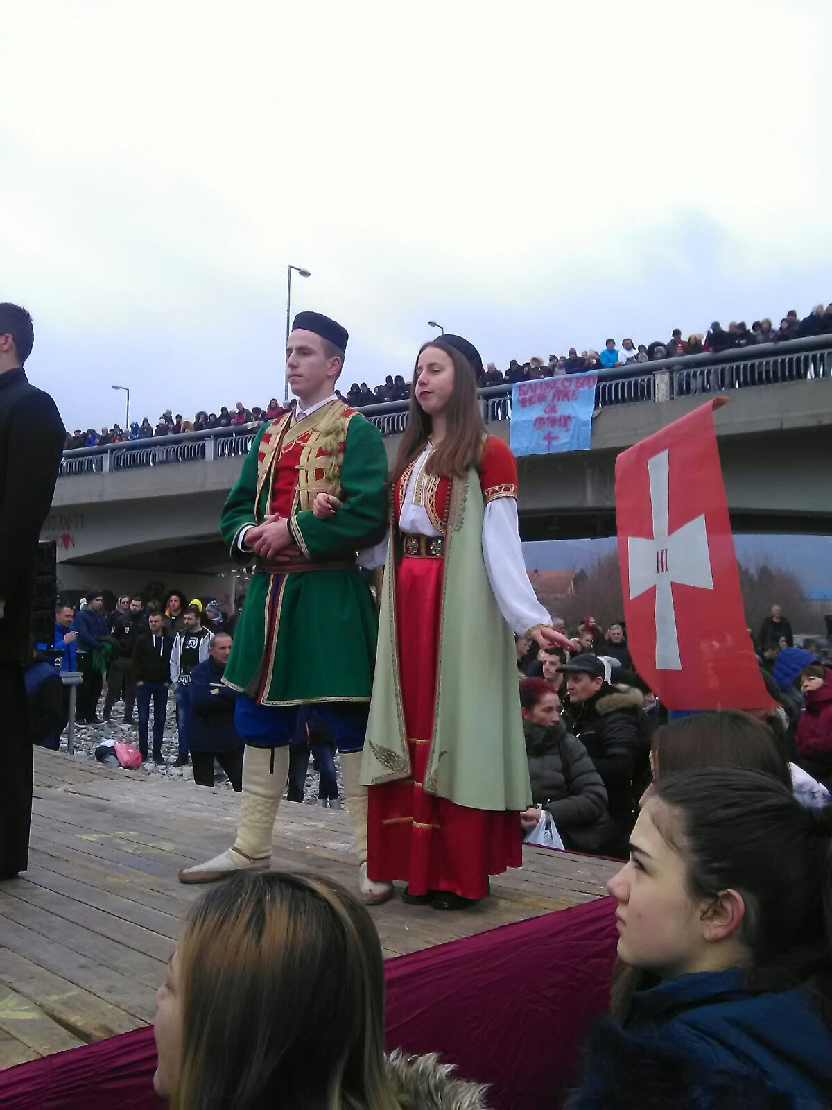 Mladić i djevojka u crnogorskim narodnim nošnjama