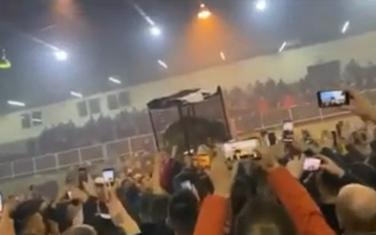 Navijači su životinju sa kavezom dizali u vazduh