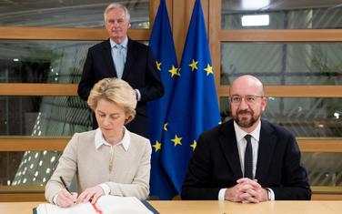 Ursula fon der Lajen i Šarl Mišel potpisuju, Mišel Barnije stoji iza njih