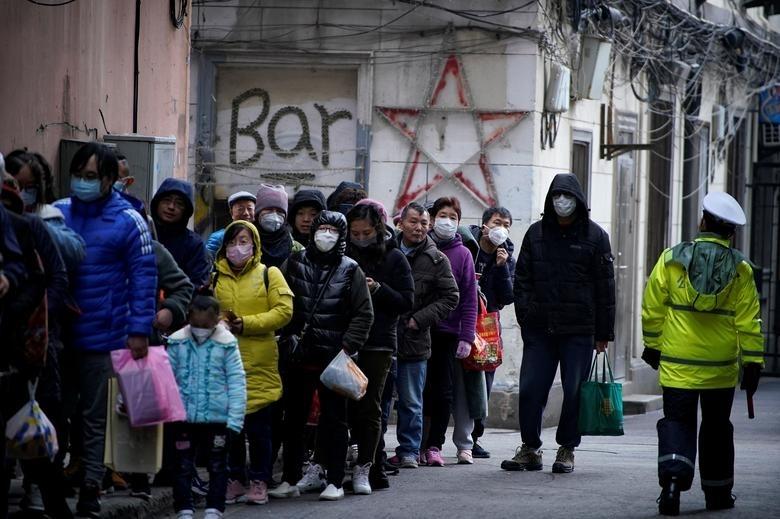 Građani Šangaja čekaju u redu da kupe maske
