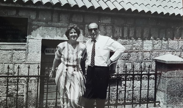 Jure Razmilić Vlahović sa suprugom Antukom ispred Njegoševe rodne kuće