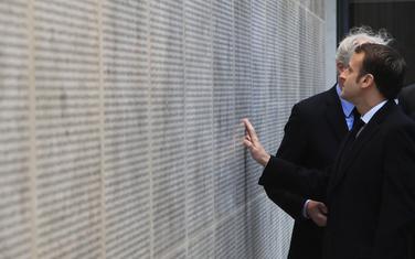 Makron ispred renoviranog memorijalnog zida sa imenima žrtava holokausta u Parizu