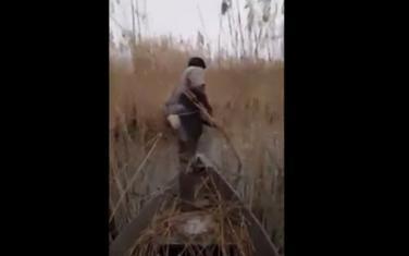 Nepoznati muškarac strujom izlovljava ribu na Skadarskom jezeru
