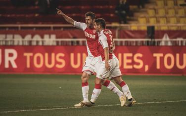Jovetić u zagrljaju saigrača nakon gola