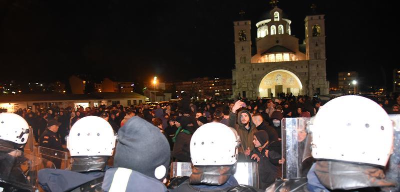 Protest ispred Hrama u Podgorici zbog usvajanja Zakona