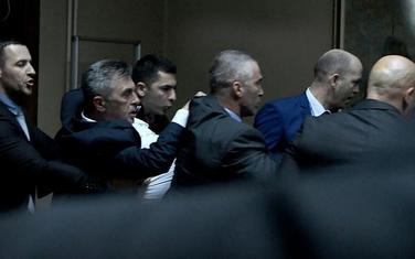 Privođenje poslanka DF-a nakon incidenta u Skupštini