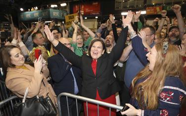 Liderka Šin Fejna Meri Lu Mekdonald slavi sa pristalicama u Dablinu