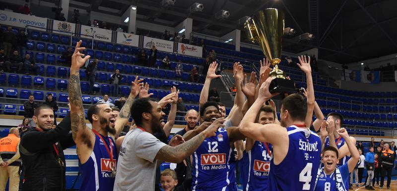 Košarkaši Budućnosti sa peharom pobjednika Kupa