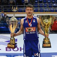 Suad Šehović drži trajni i prelazni pehar namijenjen osvajaču Kupa Crne Gore