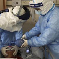 Medicinski radnici daju kiseonik oboljelom od koronavirusa u Kini