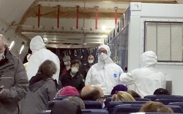 Evakuisani američki putnici čekaju avion koji će ih odvesti u SAD