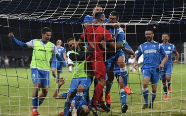 Giljen u zagrljaju saigrača nakon meča sa Slovanom u kvalifikacijama za Ligu šampiona