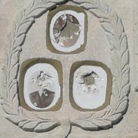 Uništene fotografije na spomeniku