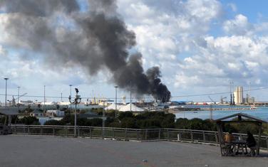 Dim iznad luke u Tripoliju nakon napada, 18. februar, 2020.