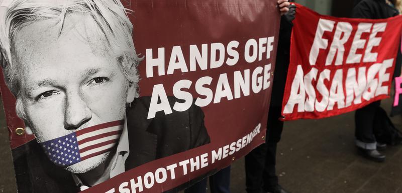 Sa protesta ispred suda u Londonu