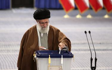 Ajatolah Ali Hamnei na glasanju