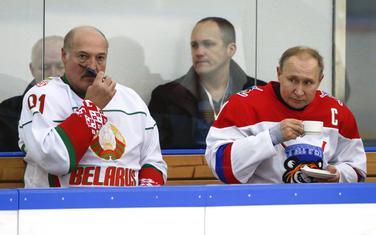 Putin sa bjeloruskim kolegom Lukašenkom na hokejaškoj utakmici u Sočiju
