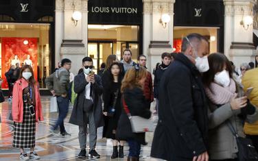 Turisti i građani nose maske zbog zaštite od koronavirusa u Milanu