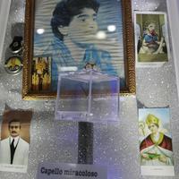 Pramen kose Dijega Maradone ispod ikone sa njegovim likom