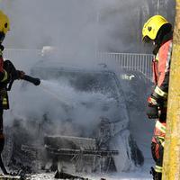 Vatrogasci gase zapaljen automobil doktora Jovovića