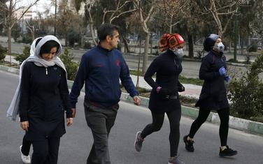Dvije žene trče u parku u Teheranu, sa maskama na glavi, štiteći se time od zaraze koronavirusom