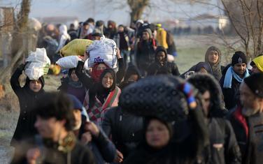 Migranti idu ka prelazu Pazarakule
