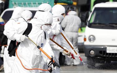Radnici nose zaštitno odjelo u J. Koreji (Ilustracija)