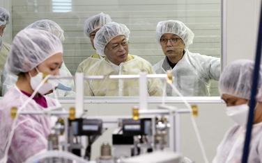 Predsjednik Mun Džae In u posjeti fabrici za proizvodnju zaštitne opreme