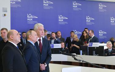 Putin sa visokim zvaničnicima u centru za kontrolu koronavirusa u Moskvi