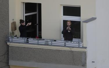"""Stanovnik Berlina sa terase svira Betovenovu """"Odu radosti"""""""