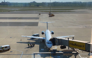 Avion Montenegro Airlinesa na aerodromu u Beču