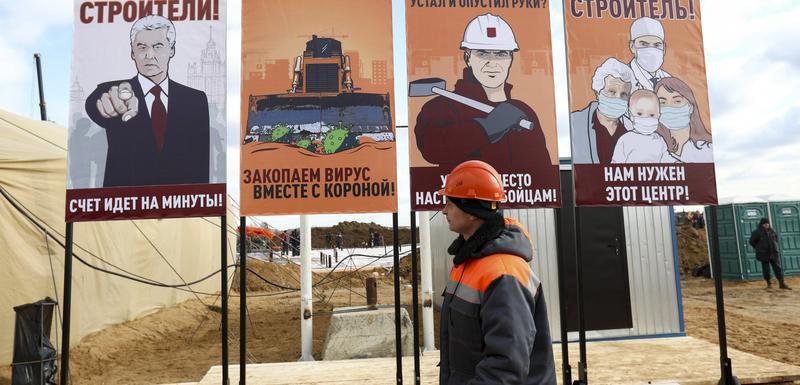 """Plakati sa kojih gradonačelnik Moskve Sergej Sobjanjin poručuje radnicima koji grade bolnicu da se """"minuti broje"""""""