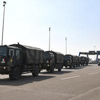 Kolona vojnih vozila prevozi tijela preminulih Italijana na kremaciju