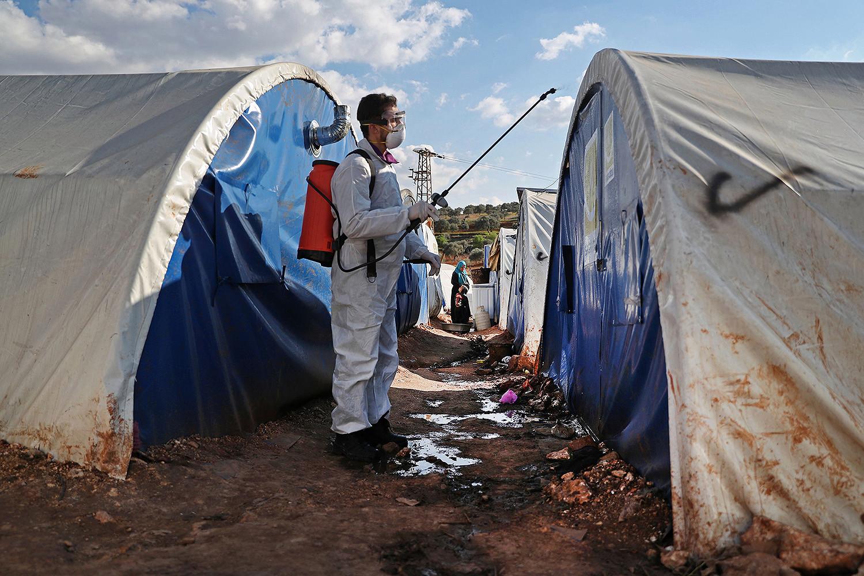 Dezinfekcija kampa za raseljene osobe u sirijskom selu