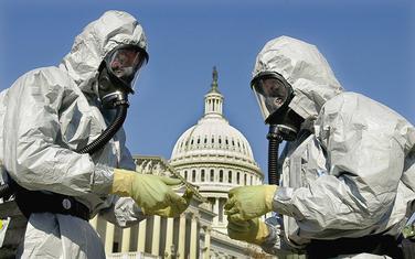 Pripadnici mornarice SAD demonstriraju čišćenje od antraksa