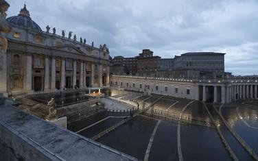 Papa Franjo se pomolio na praznomTrgu Svetog Petra