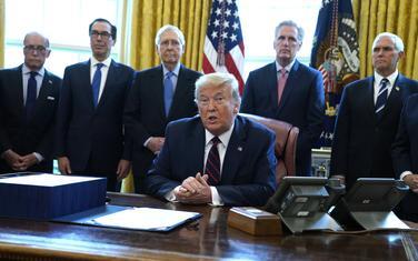 Tramp prije potpisivanja paketa ekonomskih pomoći