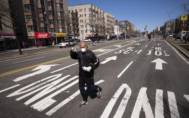 Čovjek džogira pustim ulicama sa maskom i rukavicama: SAD koronavirus