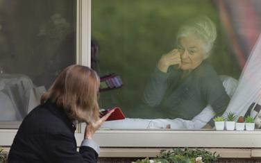 Stanarka doma, koja je pozitivna na koronavirus, razgovara sa ćerkom