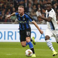 Inter Milan's Milan Skriniar, left, and Lazio's Felipe Caicedo fight for the ball during a Serie A soccer match between Inter Milan and Lazio, at the San Siro stadium in Milan, Italy, Wednesday, Sept. 25, 2019. (AP Photo/Antonio Calanni)
