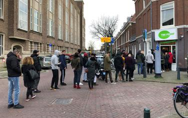 Holanđani čekaju u redu za marihuanu
