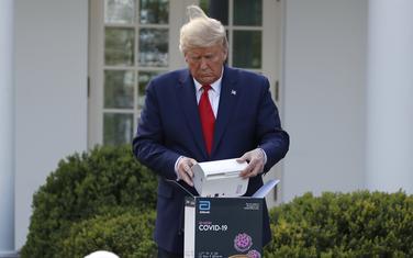Tramp otvara kutiju