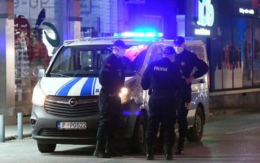 Policajci kontrolišu poštovanje privremenih mjera NKT: Detalj iz Podgorice (ilustracija)