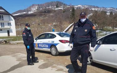 Policija na ulazu u selo
