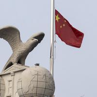 Zastava Kine na vrhu jedne zgrade u Vuhanu