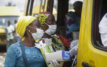 Dijeljenje maski u nigerijiskom gradu Lagos