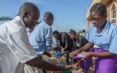 Vjernici peru ruke iz preventivnih mjera u glavnom gradu Malavija Lilongve