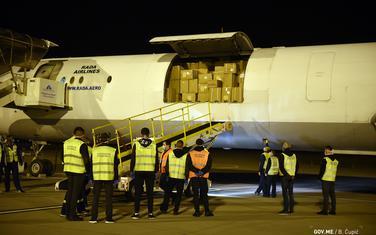 Avion sa dopremljenom opremom