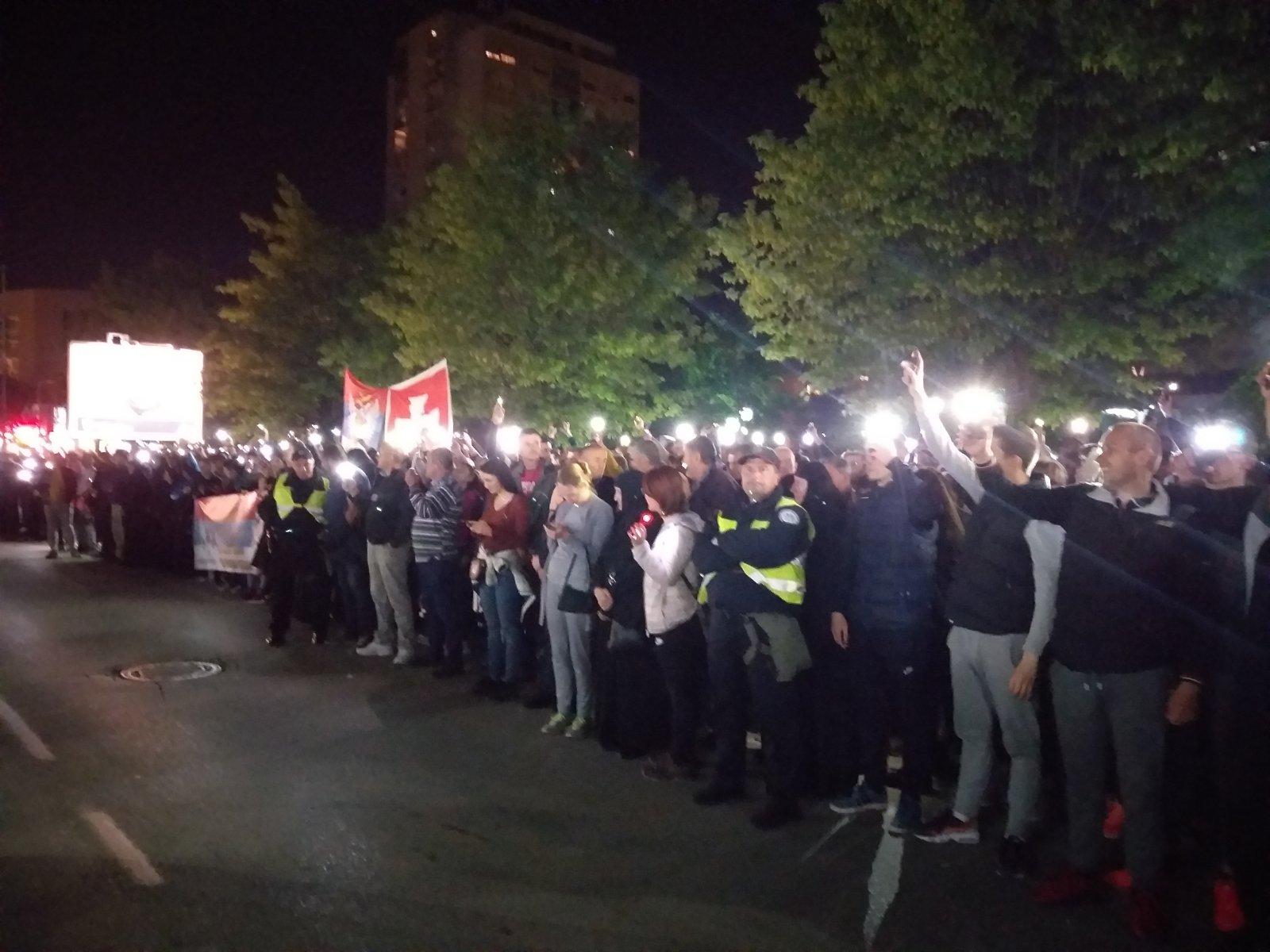 Građani mobilnim telefonima osvjetljavaju dio ulice Nikole Tesle u Nikšiću